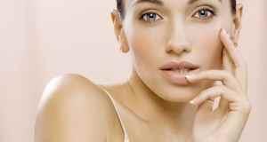 žena s decentnom šminkom