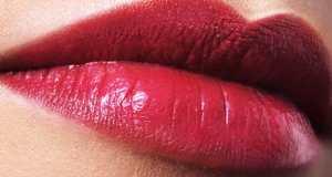 crveni ruž na usnama