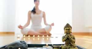 žena koja meditira