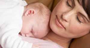mama i beba spavaju