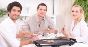 ljudi za stolom