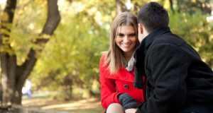 muškarac i žena u parku