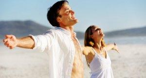 muškarac i žena na plaži