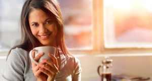 žena pije čaj