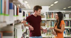 Muškarac i žena u knjižnici