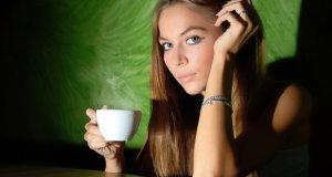 žena s kavom