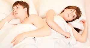 nesretan par u krevetu