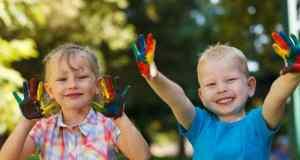 djeca se igraju s bojama