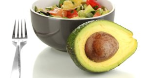 avokado i zdjelica s voćem