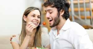 muškarac i žena jedu salatu