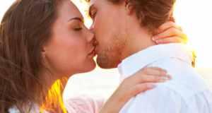 poljubac muškarca i žene