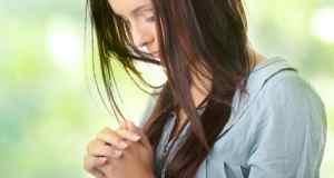 žena sa skrušenim rukama