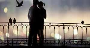 ljubavni par na mostu