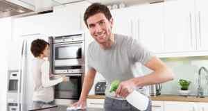 muškarac čisti kuhinju