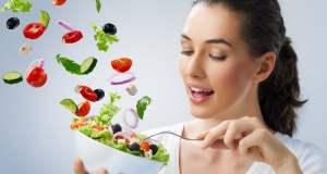 žena jede salatu