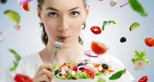 zena-jede-salatu