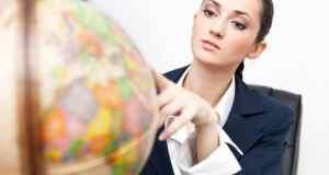 poslovna-zena-s-globusom