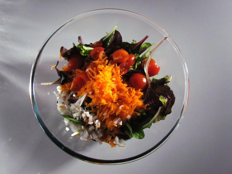 salade verte avec une vinaigrette à l'orange