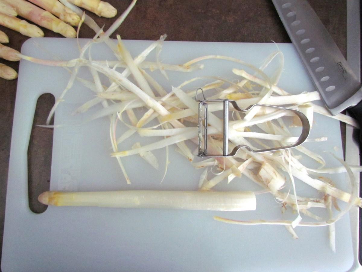 peeled white asparagus