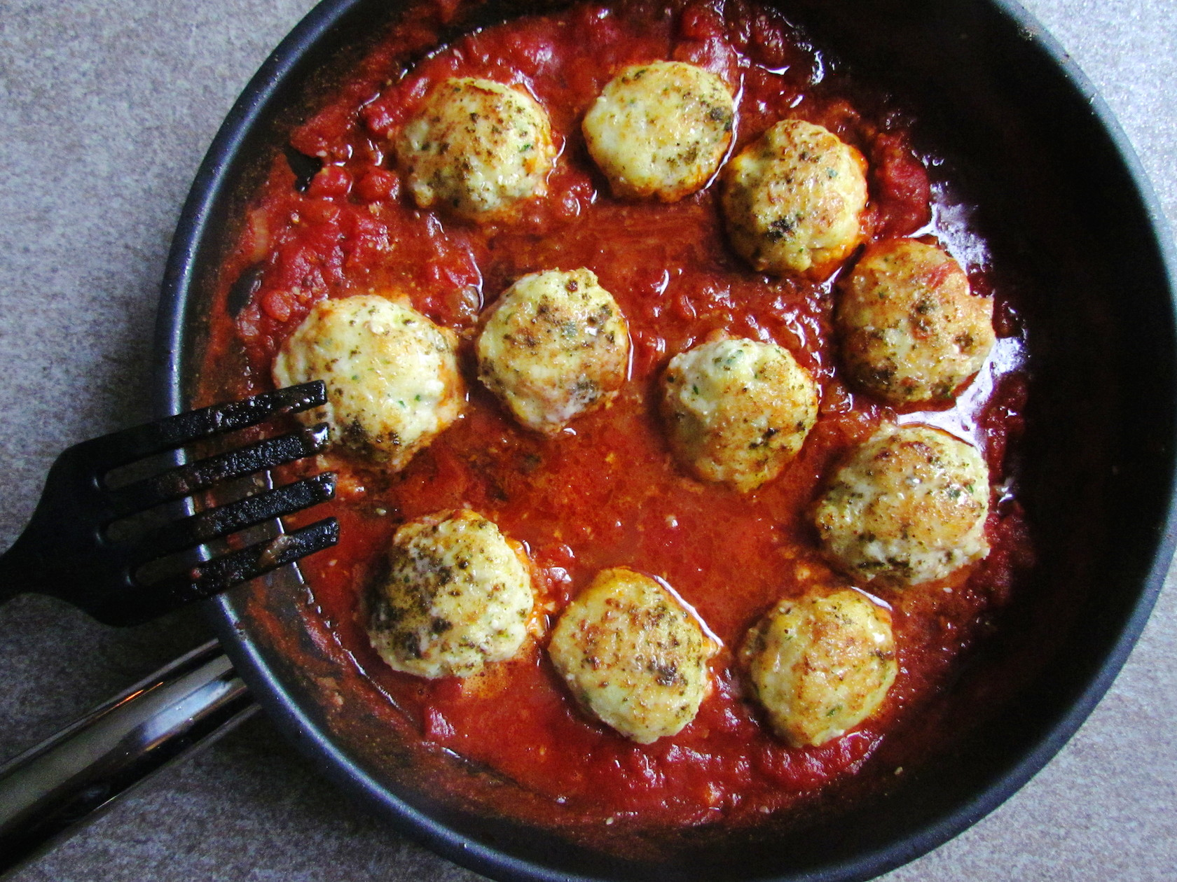 boulettes de cabillaud au za'atar et à la sauce tomate