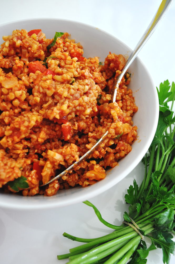 bulgur pilaf with tomatoes and bell peppers | www.savormania.com
