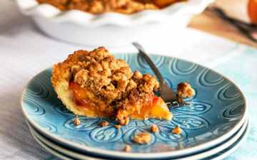 This easy peach pie with crumb topping recipe is perfect for summer! The peach pie filling is made with fresh peaches and the topping with almond cookie crumbles - so good!