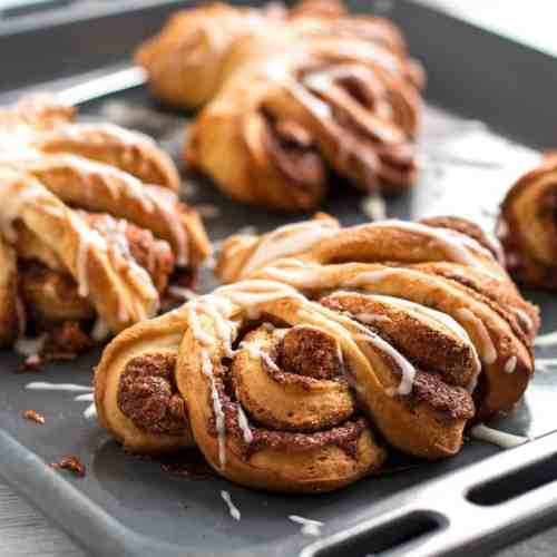 Cinnamon Swirl Buns - The most beautiful and delicious cinnamon buns! SO pretty! #cinnamonroll #buns #breakfast #brunch | savorynothings.com