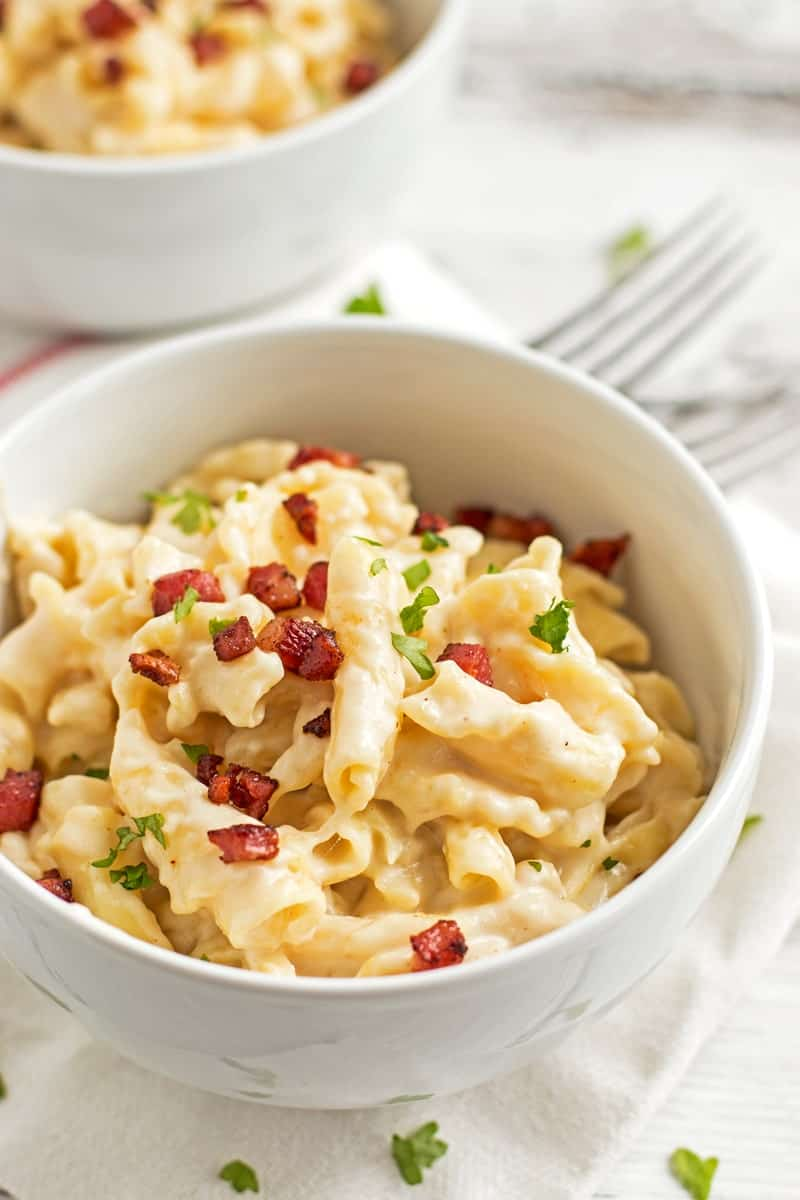 Quick Stovetop Apple Bacon Mac and Cheese - A quick and easy weeknight dinner you can make in one pot! On the table in less than 30 minutes! #cheese #dinner #weeknight #bacon   savorynothings.com
