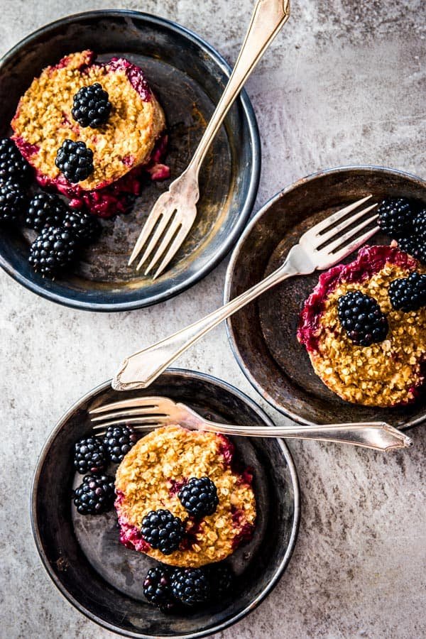 These blackberry cobbler baked oatmeal cups are an easy meal prep breakfast. Vegan, gluten free and so simple!