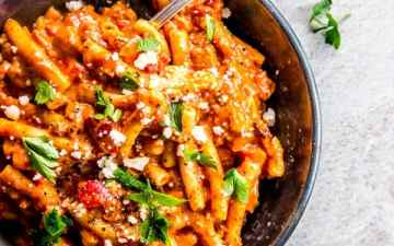 This one pot italian sausage pasta is an easy weeknight dinner you can make in 30 minutes. Add it to your meal plan this week!