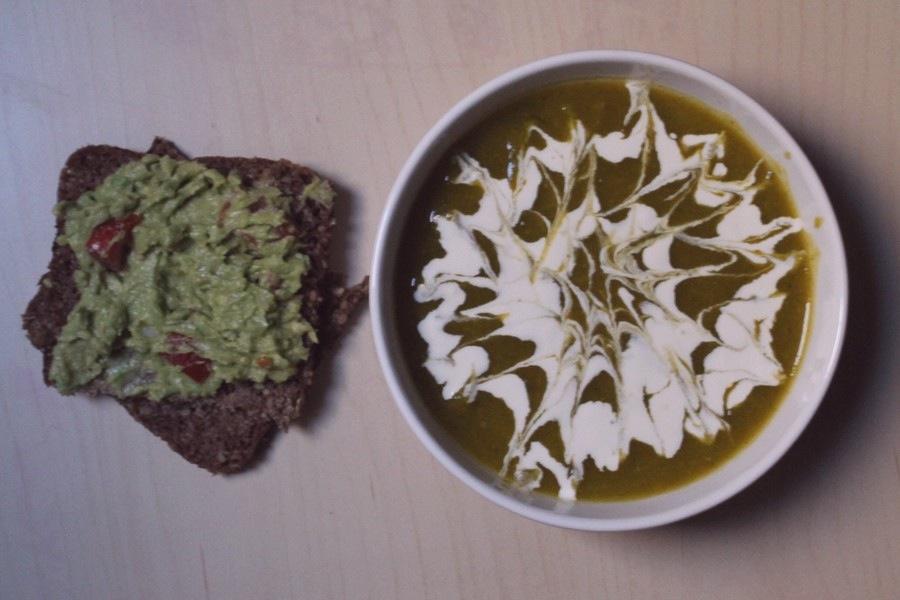 soupe de légumes et tartine d'avocat une journée dans mon assiette
