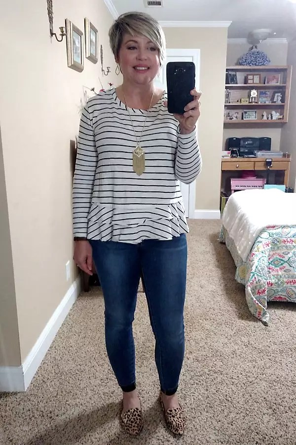 easy weekend outfit with cute top, skinny jeans and leopard flats