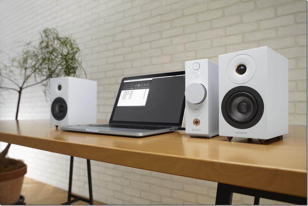 圖4) Sony CAS-1 桌上型音響系統為小空間營造豐富的結像音場,系統包含一個主機和兩個獨立揚聲器共 3 個組件,支援播放高解析度音質(Hi-Res)的音樂檔案格式