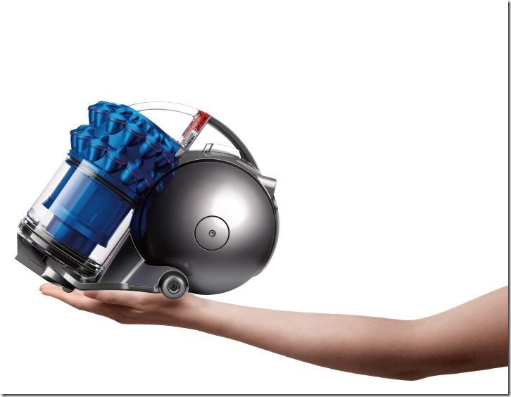 Dyson Ball Fluffy雙層氣旋吸塵器體積小巧,僅2.7公斤。圖為寶藍色機型。