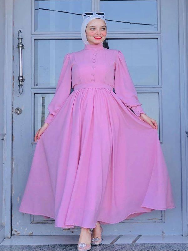 ميار محمود بفستان زهري برقبة عالية - صورة من حسابها على انستجرام