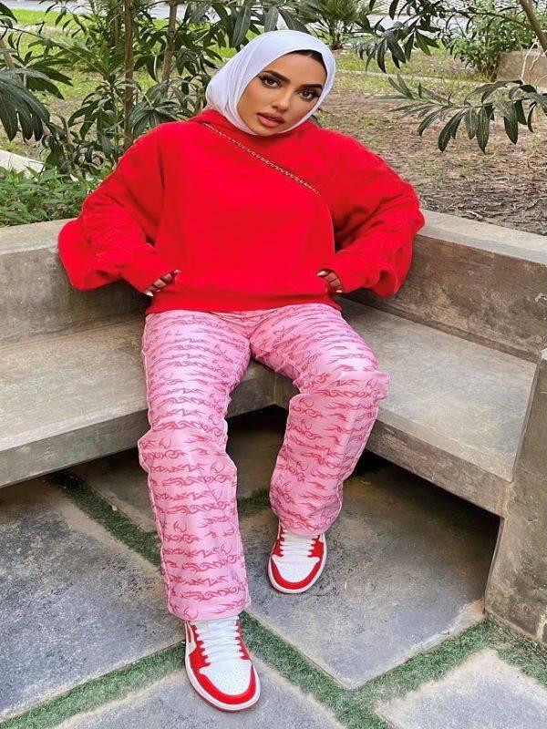 تنسيق بنطلون عائشة العقيل بطبعة زهور - صورة من حسابها على إنستغرام