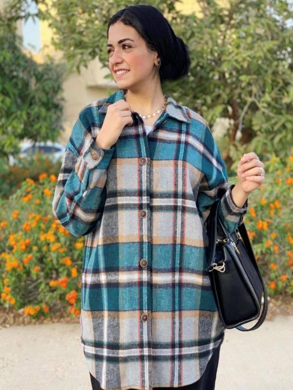 نوران خليفة تنظر إلى قميص مربعات في الشتاء