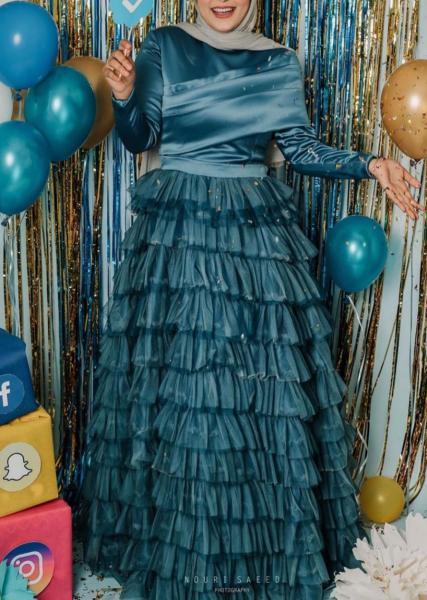 إطلالات الفساتين ذات الطبقات المتعددة