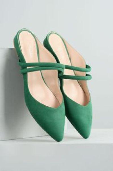 حذاء باللون الأخضر يناسب مشاوير النهار السريعة