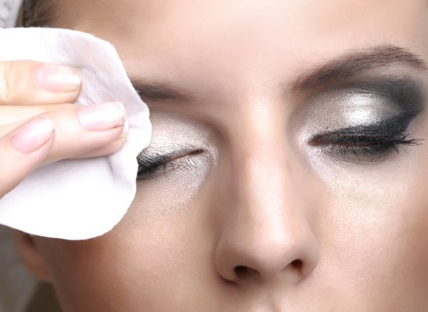 إزالة مكياج العيون