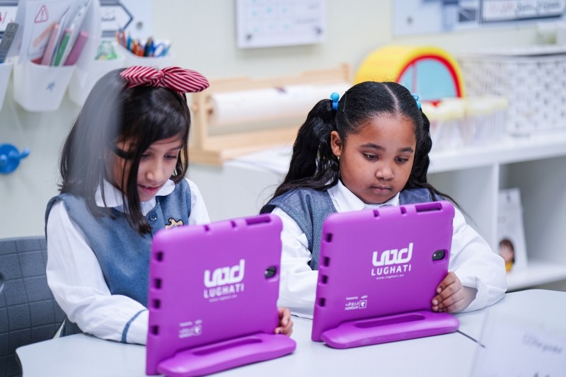 توزيع أجهزة لوحية على طلبة مدارس الشارقة
