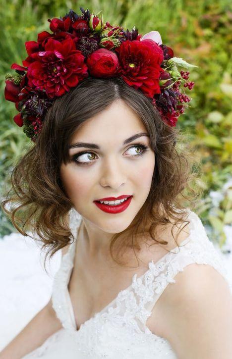 تسريحة شعر مزينة بتاج من الورد