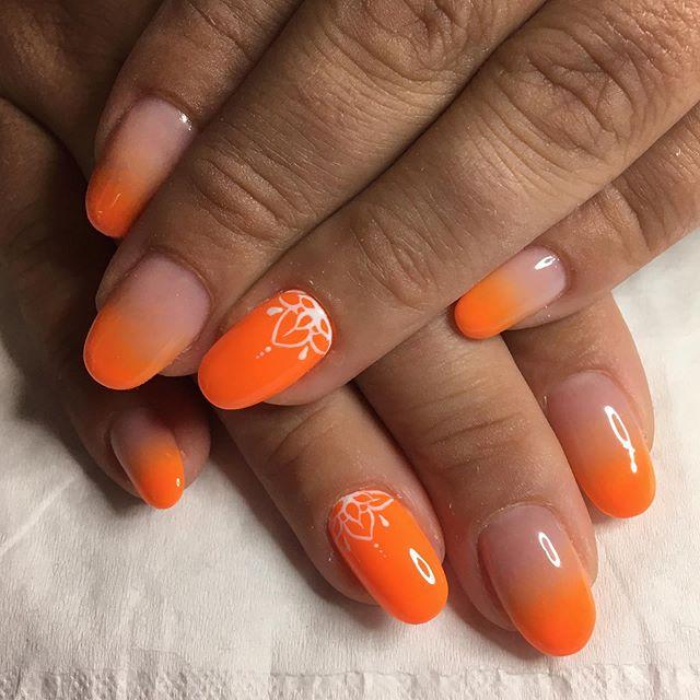 مانكير برتقالي نيون على مقدمة الأظافر