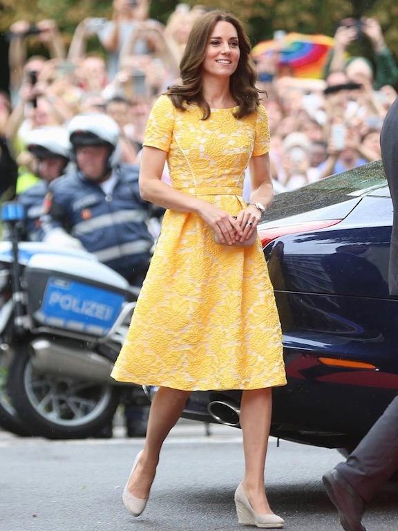 كيت ميدلتون في فستان ميدي باللون الأصفر