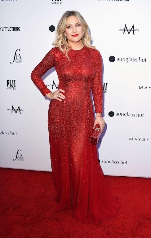 كايت هادسون في فستان براق باللون الأحمر