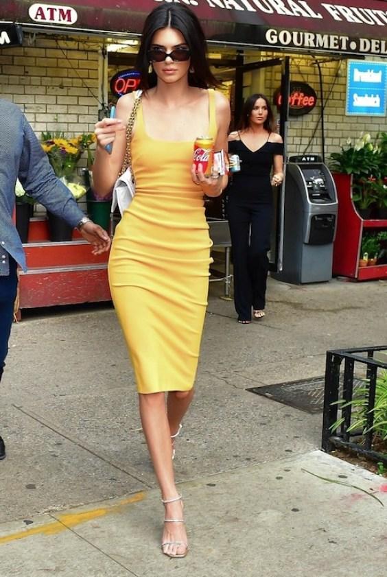 كيندال جينير مؤخراً في فستان باللون الأصفر