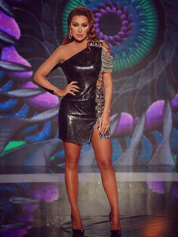 مايا دياب في فستان قصير بكتف واحدة