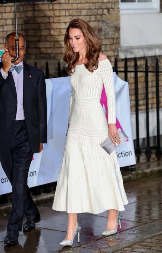 فستان أوف شولدر أبيض اختارته كيت ميدلتون