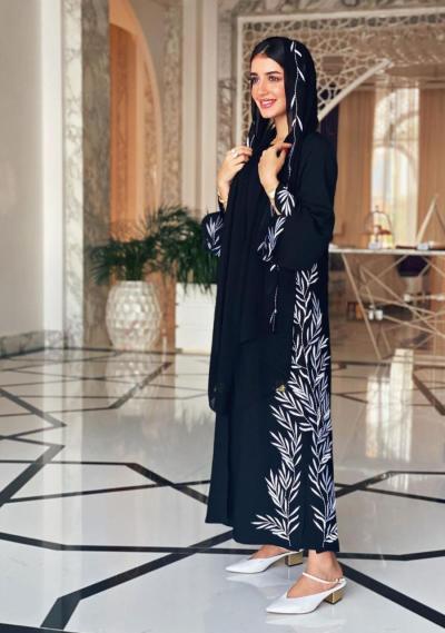 3 خولة المراغي ترتدي عباية محايدة - صورة من حسابها على انستجرام