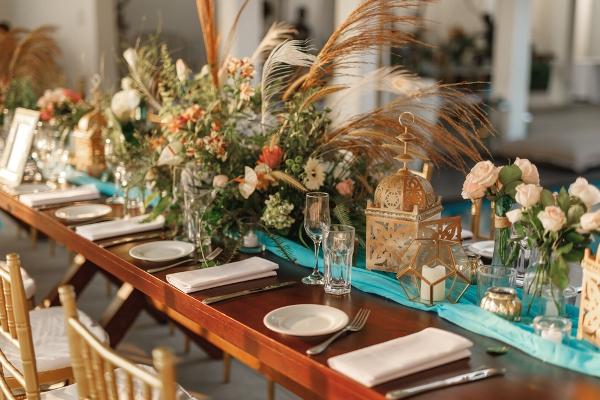 طاولة استقبال مزينة بمفارش وورود بألوان الباستيل
